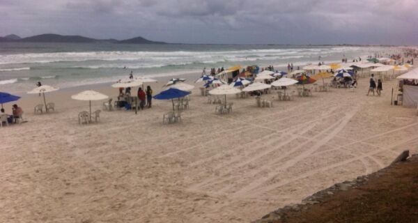 Mesmo com dia nublado, Praia do Forte está cheia