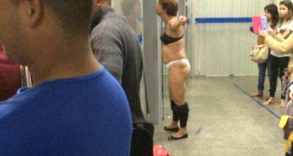 Mulher tira a roupa em confusão na Caixa Econômica de Cabo Frio