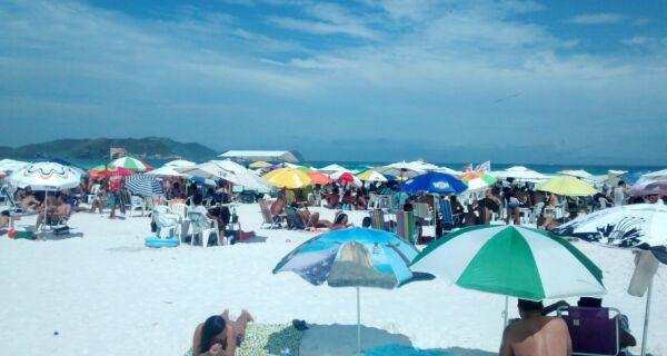 Calor e feriado lotam a Praia do Forte neste domingo (1º)