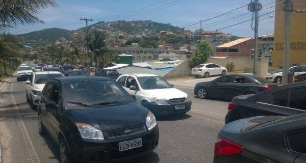 Trânsito intenso na entrada de Arraial do Cabo