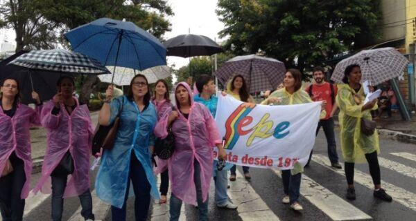 Manifestantes do Sepe protestam em frente à Prefeitura