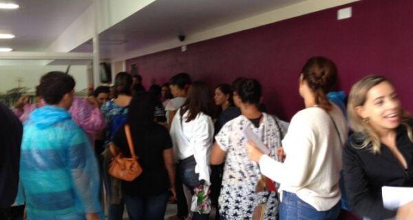 Profissionais da educação ocupam a Prefeitura de Cabo Frio