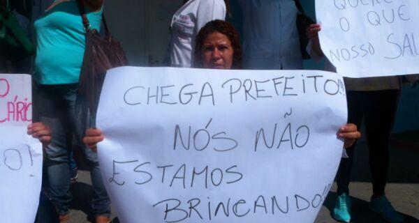 Indignados com novos atrasos, funcionários protestam no HCE