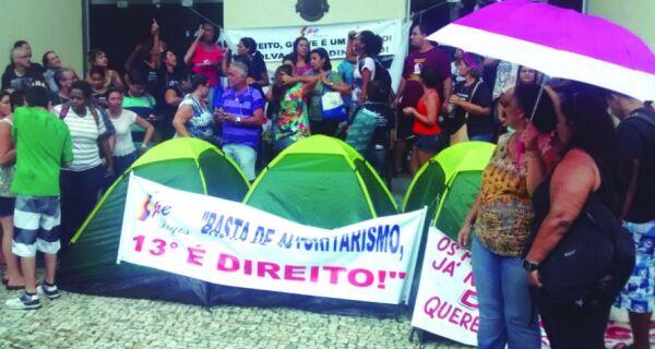 Protesto continua, agora na praça