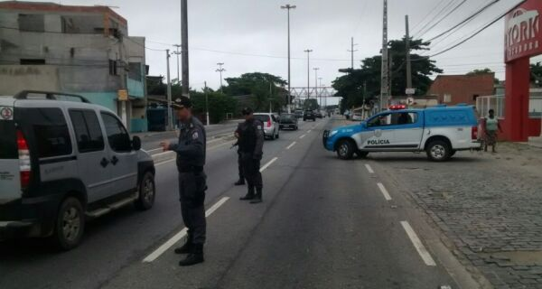 Polícia faz operação na Praia do Siqueira