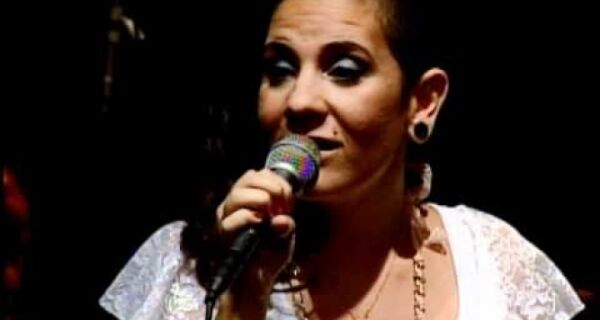 Juliana Feliciano canta no happy hour do Shopping Park Lagos