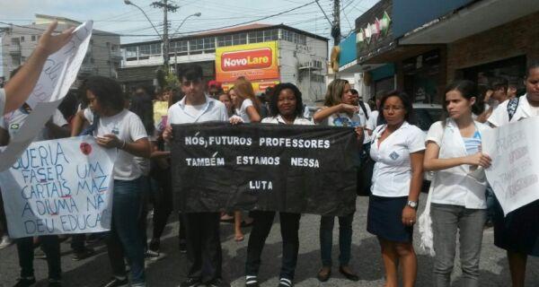 Protesto reúne alunos e professores em São Pedro da Aldeia