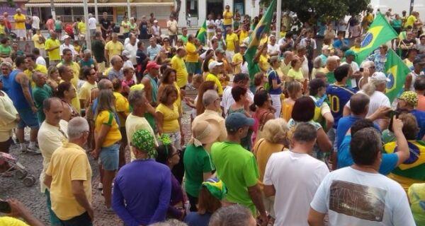 Manifestantes se reúnem em Cabo Frio em ato contra a presidente Dilma