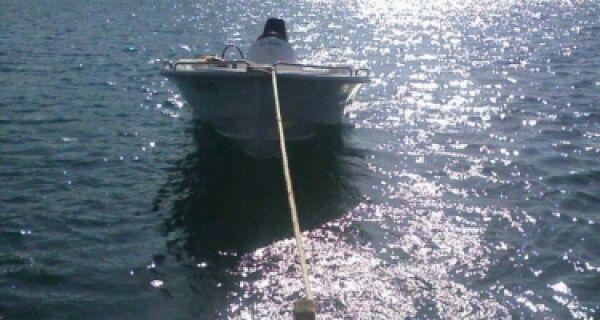 Lancha Kettys é retirada do fundo do mar de Arraial do Cabo