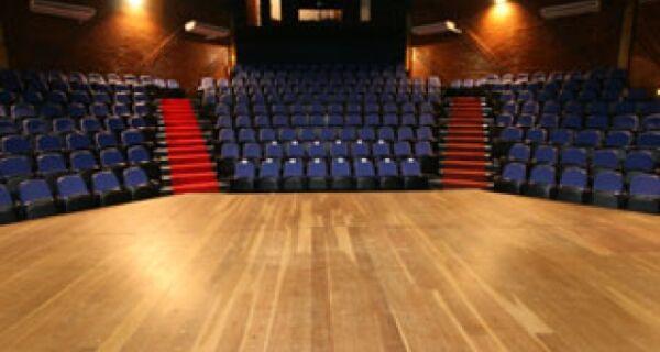 Teatro Municipal de Cabo Frio fica sem espetáculos e crise financeira é culpada