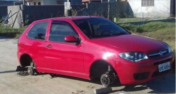 Carro é encontrado sem as rodas em Arraial e vítima lamenta na internet