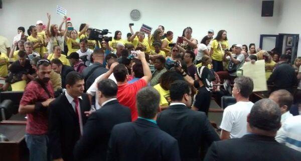 Profissionais da Educação ocupam plenário e sessão da Câmara é suspensa