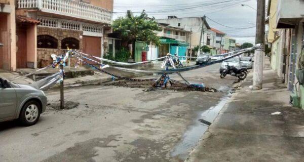Moradores perdem a paciência e fecham rua que tinha vazamento de esgoto