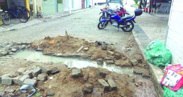 Buracos e vazamentos irritam moradores de Cabo Frio