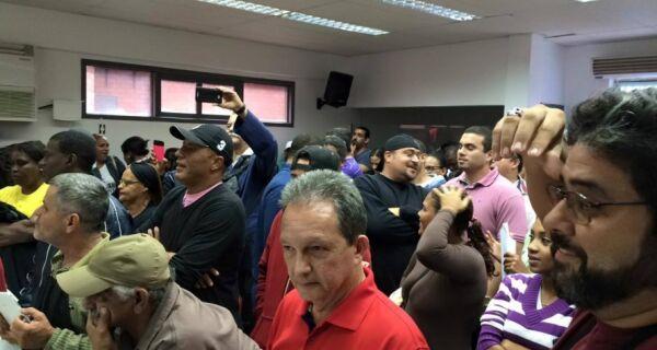 Sessão da Câmara de Arraial é suspensa após manifestantes invadirem plenário