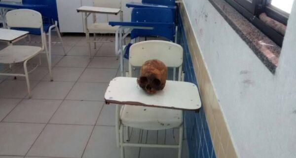 Professora chega para dar aula em escola de Cabo Frio e se depara com crânio