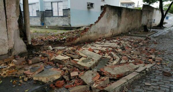 Muro de escola estadual desaba em Cabo Frio