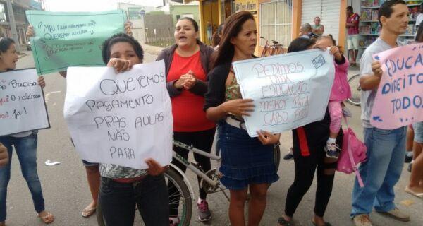 Pais de alunos fazem manifestação no Jardim Peró