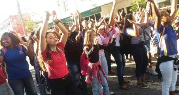 Estudantes protestam contra demissões na escola Edilson Duarte