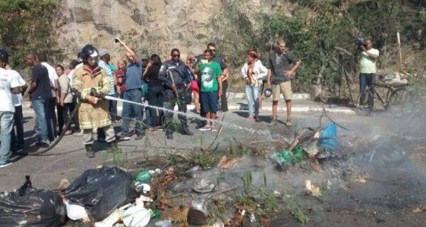 Coveiros aderem à greve e familiares que esperam sepultamento fecham trânsito