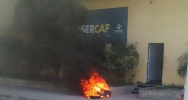 Funcionários demitidos da Comsercaf protestam em São Cristóvão