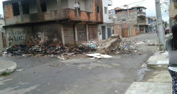 Revoltados com falta de coleta, moradores do Jacaré protestam fechando rua com lixo