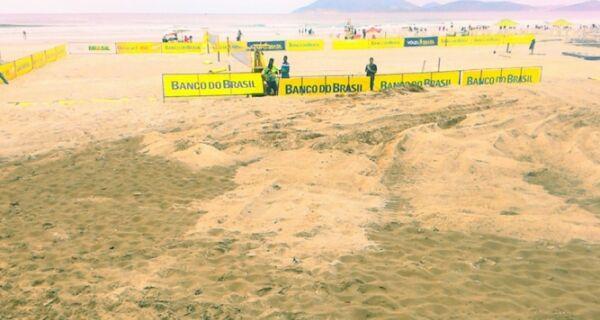 Montagem de arena do vôlei na Praia do Forte irrita jogadores de futebol de areia