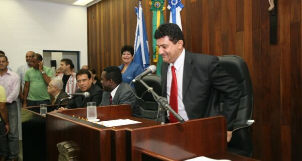 Blocão de partidos indecisos se aproxima de Janio Mendes