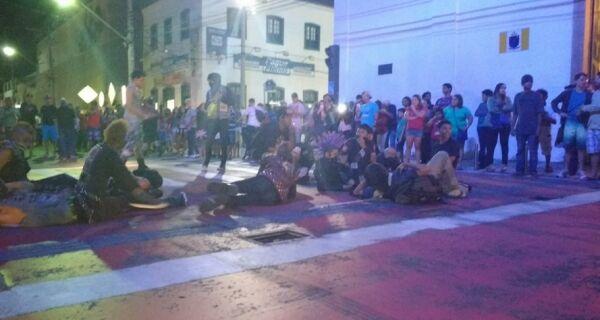 """Punks protestam na Praça Porto Rocha: """"Não vai ter tocha"""""""