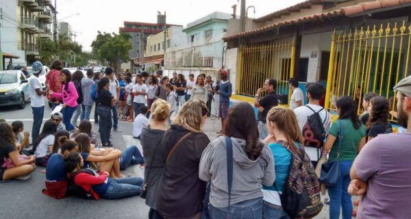 Diretora do Rui Barbosa sugere cobrar de candidatos manutenção do colégio no município