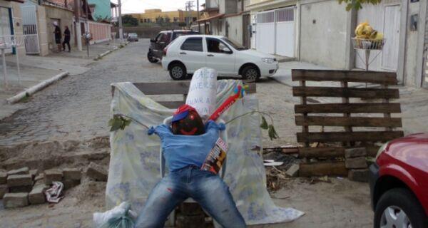 Moradores esbanjam criatividade para se manifestar contra buracos