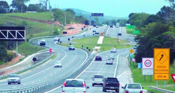 Fluxo de veículos aumenta na Via Lagos