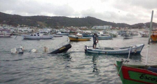 Mergulhador resgata lancha em Arraial do Cabo