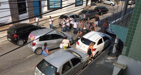 Moto se choca com carro que saía de vaga no centro de Cabo Frio