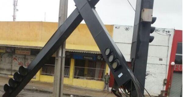 Após colisão de carro com semáforo, trecho da Teixeira e Souza está sem sinalização