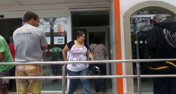 Bancos voltam ao trabalho e clientes enfrentam filas