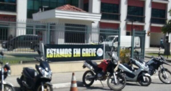 Fórum de Cabo Frio amanhece com faixa: 'estamos em greve'