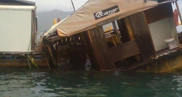 Parte do Restaurante Flutuante de Arraial do Cabo afunda