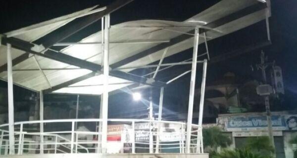 Ventania arranca cobertura de coreto na Praça do Guarani, em Arraial