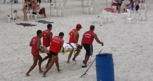 Bombeiros fazem simulação na Praia do Forte
