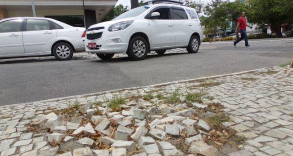 Buracos atrapalham pedestres em Cabo Frio