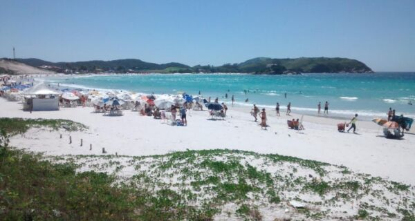 Praia do Forte fica lotada em dia ensolarado