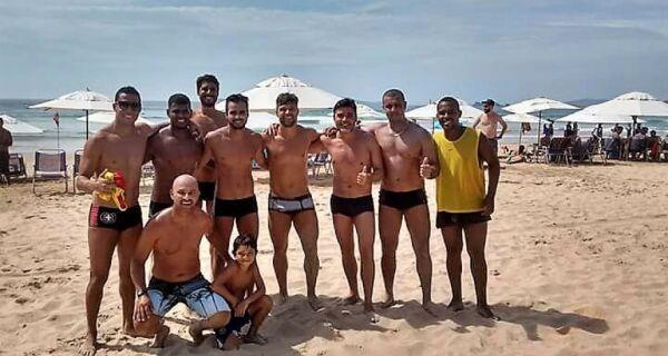 Diego, do Flamengo, curte férias jogando futevôlei em Búzios
