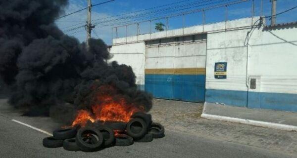 Taxistas queimam pneus na porta da Secretaria de Transporte