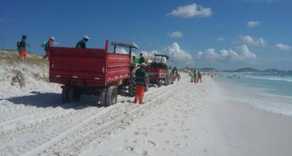 Prefeitura desentope bueiros e limpa praias