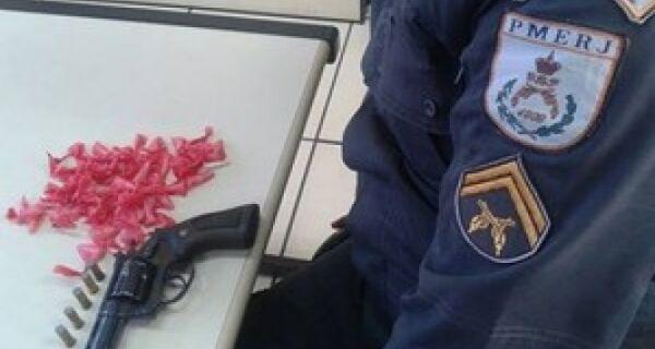 Homem é preso com drogas e arma em Arraial