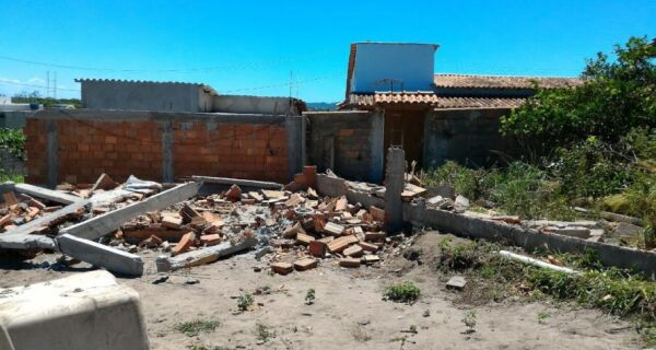 Duas construções irregulares são demolidas na Vila do Peró