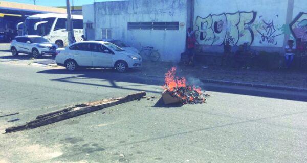 Funcionários da Ecomix fecham rua em protesto
