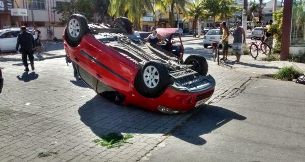 Carro capota após ser atingido por outro veículo em São Cristóvão