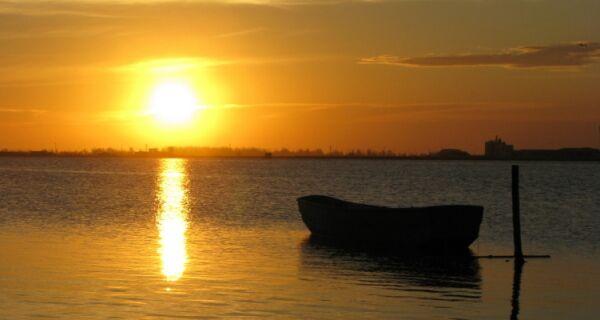 Santo Samba desembarca no pôr-do-sol mais bonito de Cabo Frio
